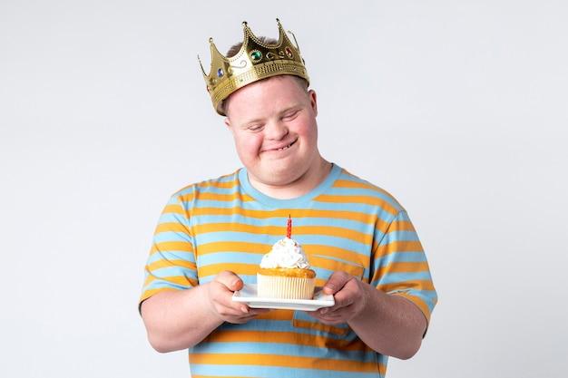 Menino descolado com síndrome de down comemorando aniversário