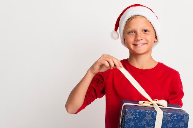 Menino desembrulhando presentes de natal