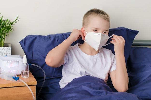 Menino doente, colocar máscara protetora médica
