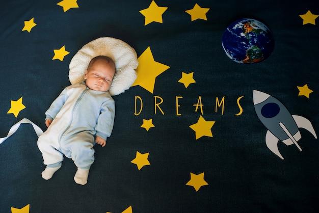 Menino dormindo como um astronauta no céu estrelado