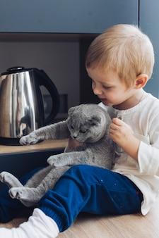 Menino e gato