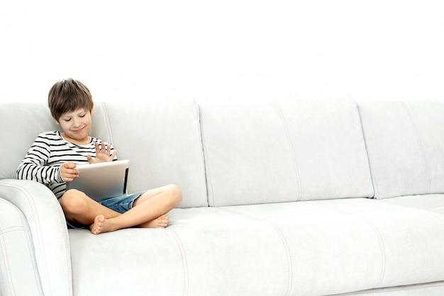 Menino e laptop em casa