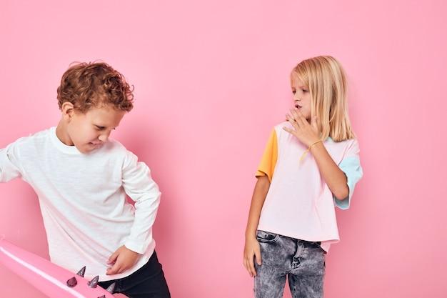 Menino e menina brincando com bastão de borracha divertido