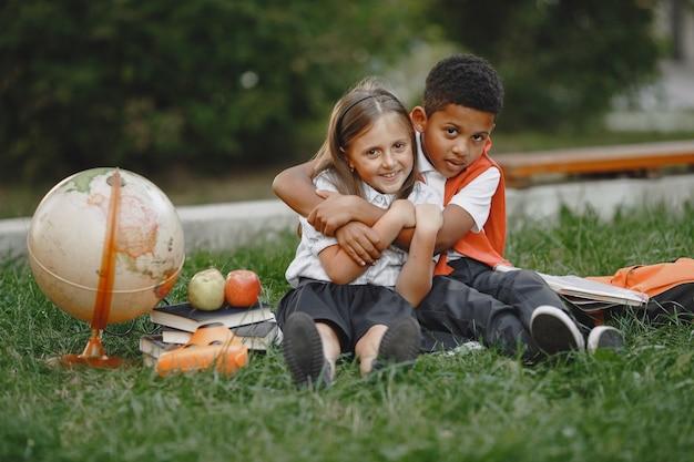 Menino e menina de raças mistas no parque