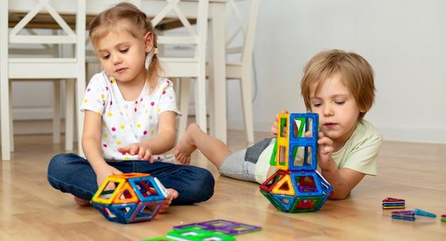 Menino e menina em casa jogando