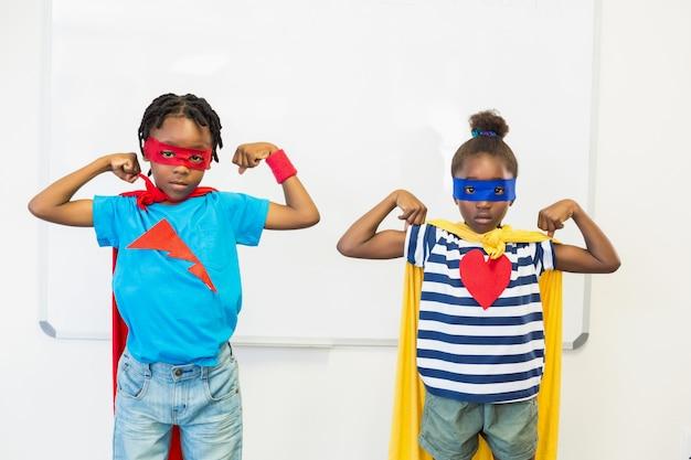 Menino e menina fingindo ser um super-herói