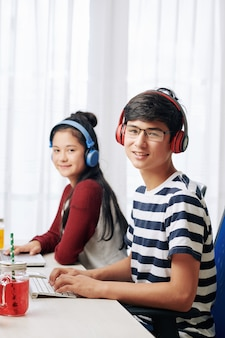 Menino e menina programando