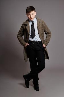 Menino é um empresário em uma camisa de paletó e gravata