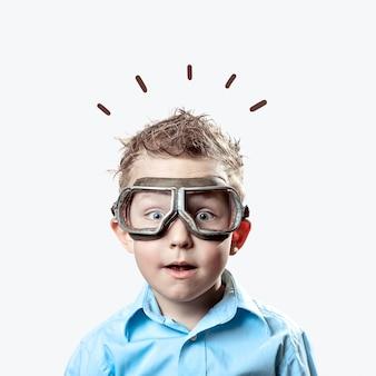 Menino, em, camisa azul, e, piloto, óculos, ligado, luz, fundo