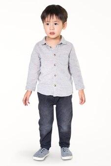 Menino em camisa de manga comprida com jeans