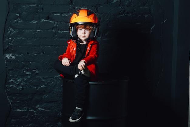 Menino, em, capacete, e, trendy, roupas, olhando câmera