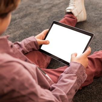 Menino em casa com tablet