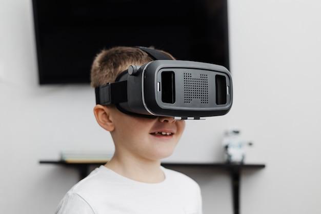 Menino em casa usando fone de ouvido de realidade virtual