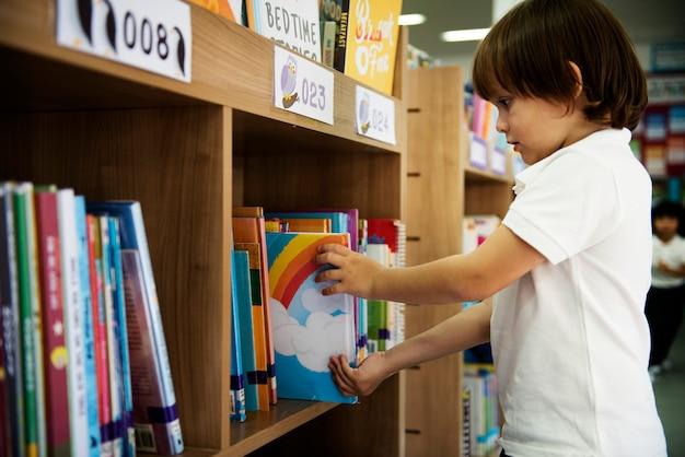 Menino, em, escola elementar, biblioteca