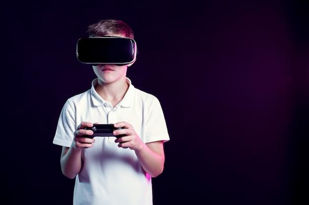 Menino em óculos de realidade virtual, jogando com gamepad