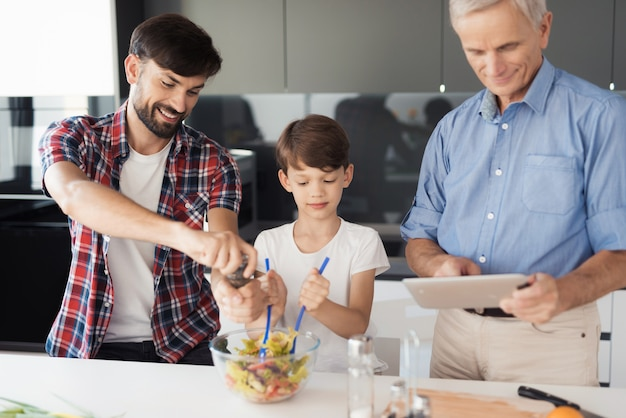 Menino, em, um, branca, t-shirt, com, seu, pai, é, preparar, um, salada
