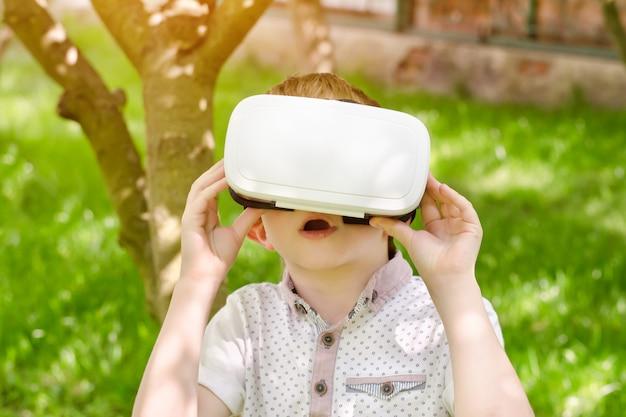 Menino em um capacete de realidade virtual