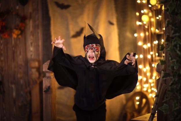 Menino em um terno de morcego em um, uma infância misteriosa halloween
