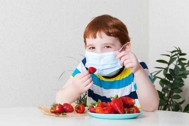 Menino em uma máscara médica