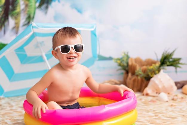 Menino em uma piscina inflável