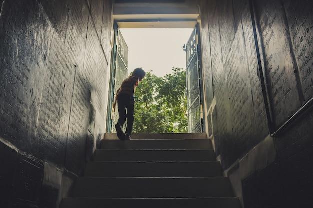 Menino escalando escadas