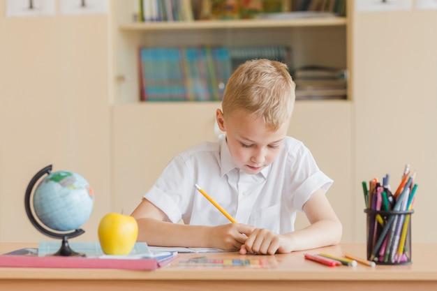 Menino, escrita, em, caderno, durante, lição