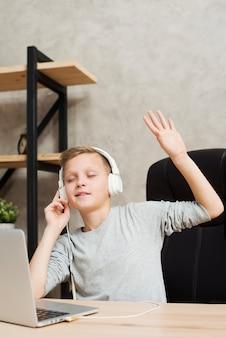 Menino, escutar música, em, escritório