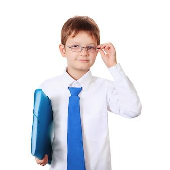 Menino esperto com os vidros que guardam a bolsa de escola.
