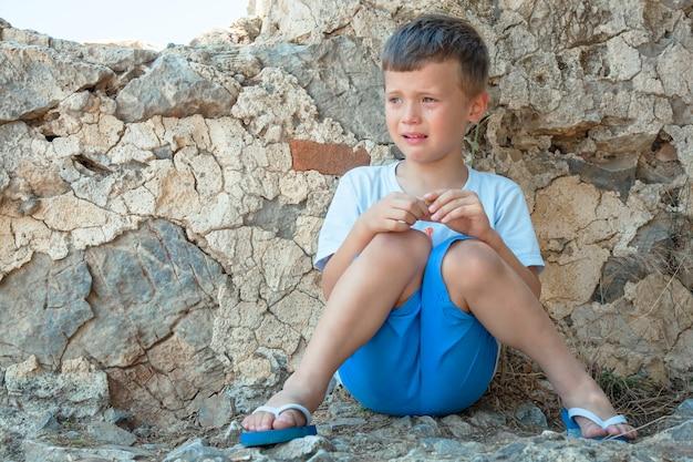 Menino está chorando, safadinha. a criança experimenta emoções ruins e frustração