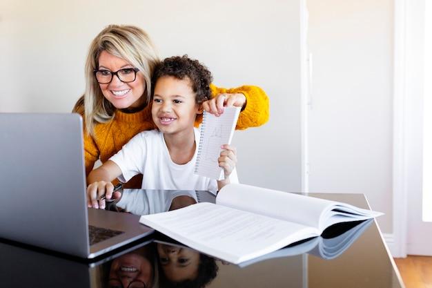 Menino estudando em casa em uma sala de aula online no novo normal
