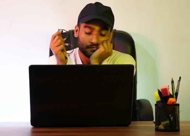 Menino estudando em casa fotografia e cochilo