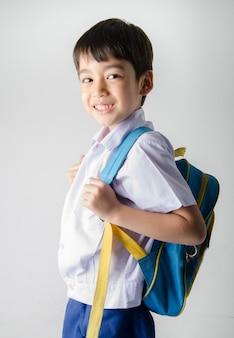 Menino estudante de uniforme em fundo branco