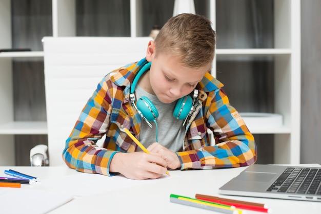 Menino, fazendo, dever casa, com, laptop
