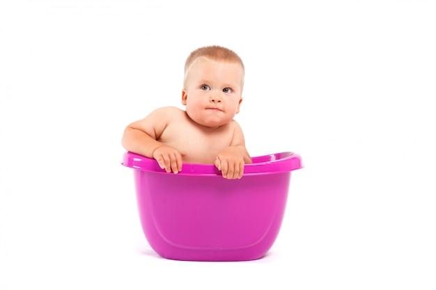 Menino feliz bonito tomar banho na banheira
