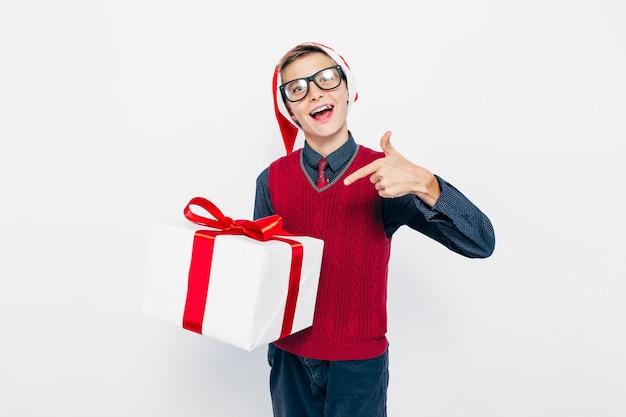 Menino feliz com um chapéu de papai noel vermelho