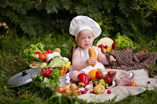 Menino feliz cozinhar preparar uma salada de legumes.