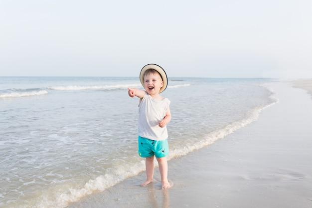 Menino feliz criança de três anos de idade no chapéu amarelo