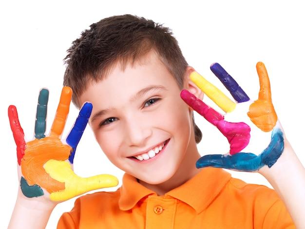 Menino feliz e sorridente com mãos pintadas - isoladas em branco.