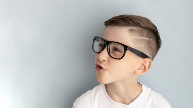 Menino feliz e sorridente de óculos