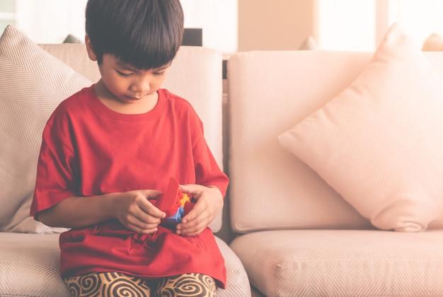 Menino feliz, empilhando blocos brinquedo, ligado, um, sala de estar, para, educacional, brinquedo