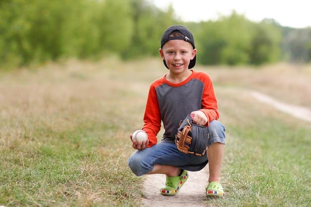 Menino feliz jogando beisebol conceito esporte saúde
