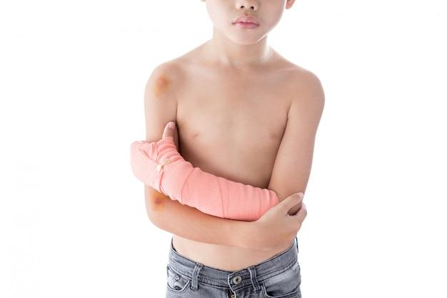 Menino ferido no braço