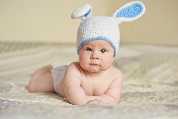 Menino fofo com fantasia de coelho