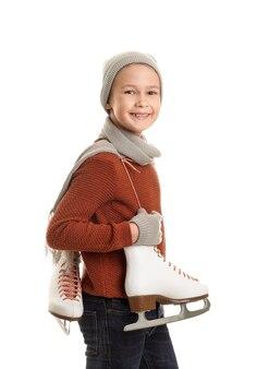 Menino fofo com patins de gelo contra o branco