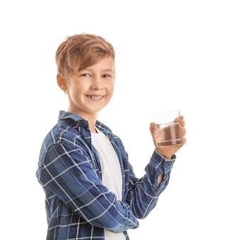Menino fofo com um copo d'água branco