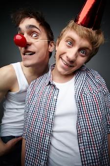 Menino hilariante com seu amigo