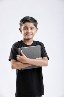 Menino indiano / asiático com caderno