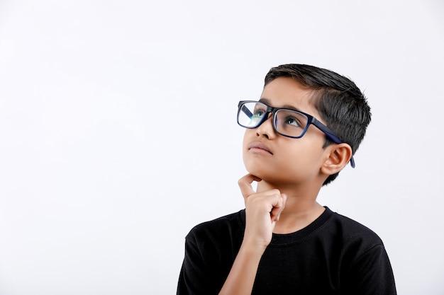 Menino indiano / asiático pequeno bonito usando óculos