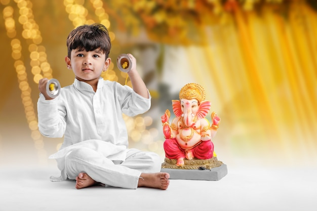 Menino indiano com senhor ganesha, comemorando o festival de ganesh