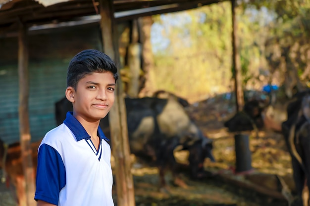 Menino indiano mostrando expressão